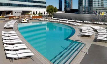 vdara_pool_lounge